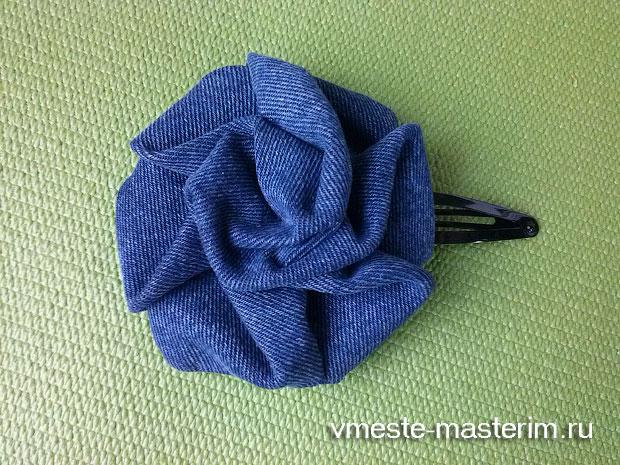 роза из джинсовой ткани