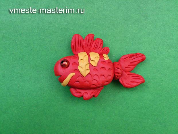 Лепим из пластилина рыбку для детей пошагово своими руками