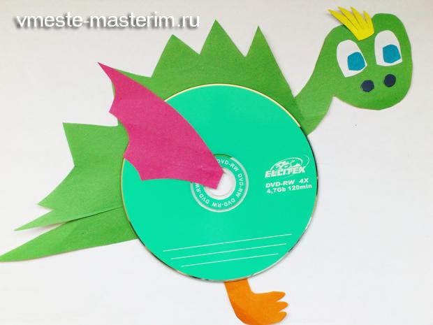 Поделка «динозаврик» из диска и цветной бумаги (мастер-класс)